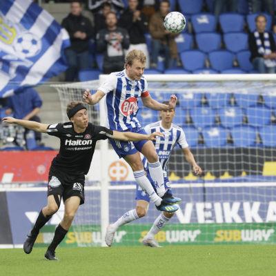 Rasmus Schüller nickar bollen.