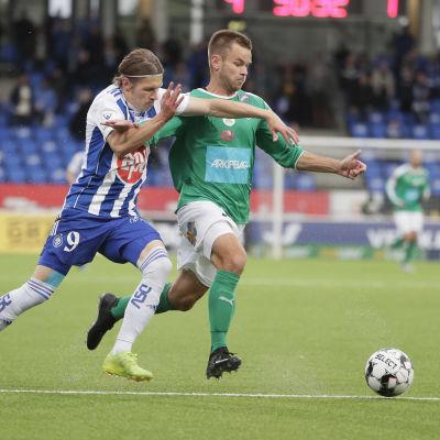 HJK:s Riku Riski och MIFK:s Mikko Sumusalo kämpar om bollen