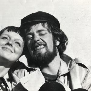 Jaakko ja hänen tuleva vaimonsa Hannele ylioppilaskirjoitusten jälkeen Helsingin tuomiokirkon portailla vuonna 1969.