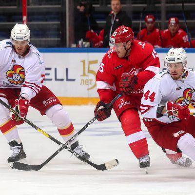 Jokerien Oliver Lauridsen ja Jesper Jensen taistelevat Moskovan Spartakin Martins Karzuminsin kanssa.