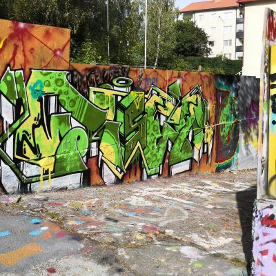 Luvallinen graffitiseinä Riihimäen nuorisokeskus Monarilla