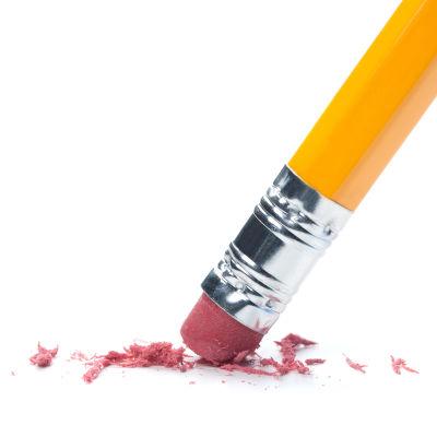 Lyijykynän päässä oleva kumi pyyhkii paperia.