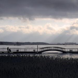 Rullstol rullar över pontonbron i Sunnanvik, Vasa.