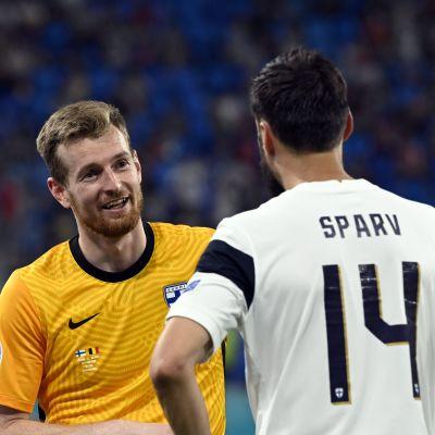 Lukas Hradecky snackar med Tim Sparv.