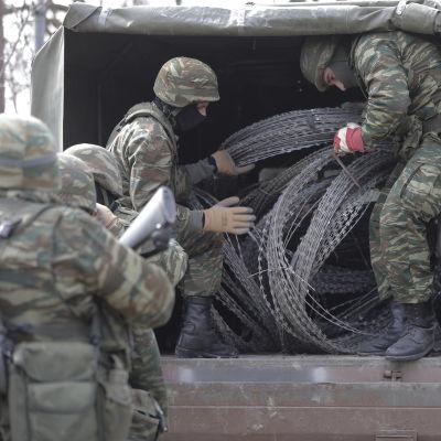 Grekiska soldater reparerar staketet vid den grekisk-turkiska gränsen 2.3.2020