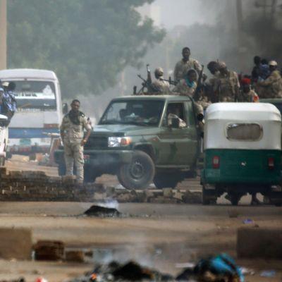 Sudanesiska soldater vid en vägspärr i huvudstaden Khartoum