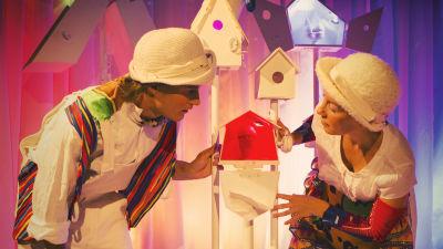 Rynkel (Jakob Johansson) och Lurvis (Julia Johansson) öppnar fågelholken med det röda ägget.