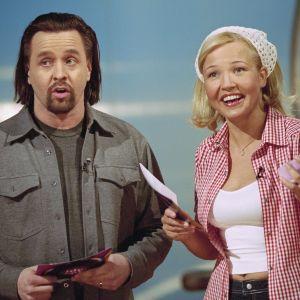 Juontajat Heikki Hela ja MaritaTaavitsainen Videotreffit-ohjelmassa vuonna 2000