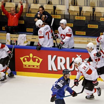 Spelarna i Schweiz jublar framför en besviken Sebastian Aho.