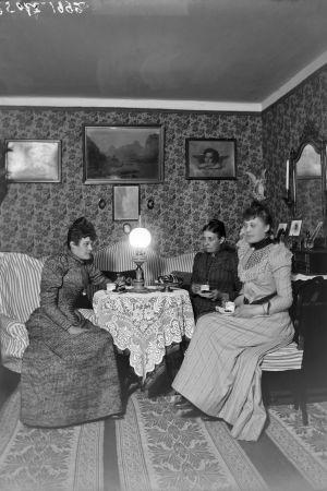 Ada Boxberg ystävättärineen juomassa kahvia Boxbergien salissa.