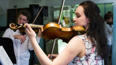 De unga violinisterna Emma Dahl och Albert Sahlström