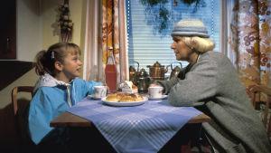 Anna ja mummi pöydän ääressä sarjassa Mummo.