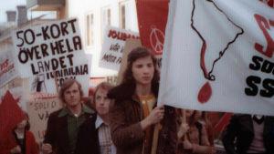 Mielenosoittajia vanhassa kuvassa