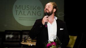 Musikern Sam Fröjdö får musikpris på musikfestivalen Musik & Talang i Vasa.