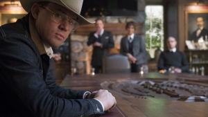 Channing Tatum i cowboyhatt och glasögon.