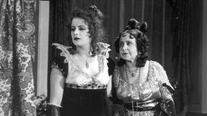 Kaksi naista 1910-luvun juhlatamineissa. Vasemmalla Greta Garbo.