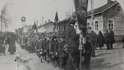 Arbetare samlade till demonstration i Jakobstad utanför arbetarföreningens hus