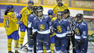Finlands damlandslag firar ett mål i Raumo.