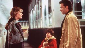 Annie (Meg Ryan), Jonah (Ross Malinger) och Sam (Tom Hanks) träffas för första gången.
