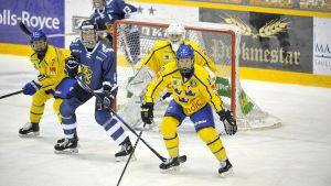 Sveriges försvar i en ishockeymatch.