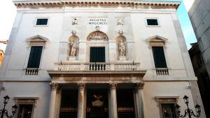 Teatro La Fenice återuppbyggdes efter att ha förstörts av en brand 1996.