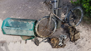 Cykel, skräpkorg och andra gamla metallföremål.