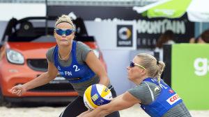 Riikka Lehtonen och Taru Lahti spelar beachvolleyboll.