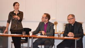 Julia Korkman, Björn Vikström och Roger Rönnberg vid ett podium.