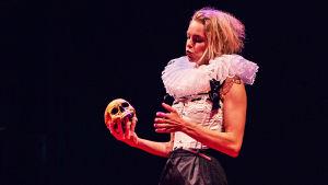Lina Ekblad i sin monolog Feta kungar och fattiga riddare