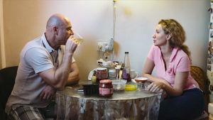Lida och hennes man i köket. Nuförtiden är han mycket borta.