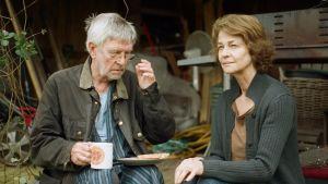 Tom Courtenay dricker te medan Charlotte Rampling tittar mot horisonten