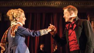 Miranda Raison ja Kenneth Branagh Talvisessa tarinassa.