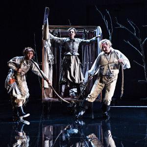 Mor Kurage (Ylva Ekblad) kommer i sin kärra, som dras av dottern Kattrin (Susanne Marins) och kocken (Johan Aspelin).