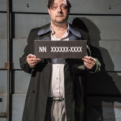 """Andreas Rothlin Svensson i rollen som """"mannen"""" i teatern """"Mannen utan minne""""."""