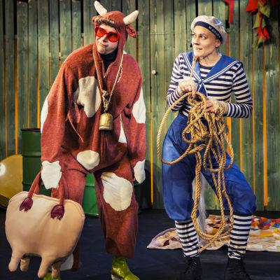 """Kon Mirre (Markus Lytts) och katten Matrosov (Agneta Lindroos) i """"Farbror Fedja, katten och hunden"""" på Wasa Teater."""