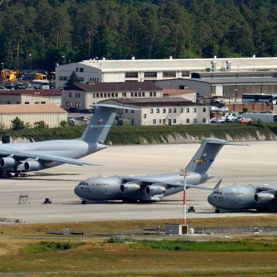 Tre transport står parkerade på flygbasen Ramstein