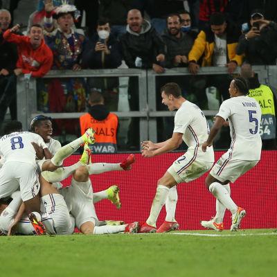 Franska spelare jublar.