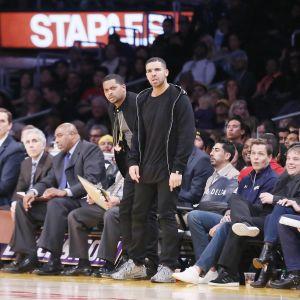 Drake följer med en Toronto Raptors-match från första parkett.