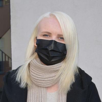Zara Wessberg står vid Arken i Åbo