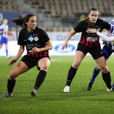 PK-35-spelarna Elina Salmi och Ashley Riefner i farten mot HJK:s Vilma Hakala.