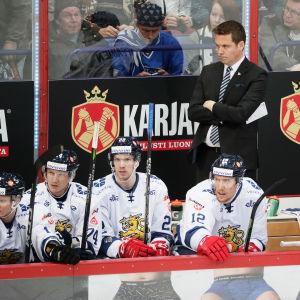 Lauri Marjamäki ser fundersam ut på bytesbänken.