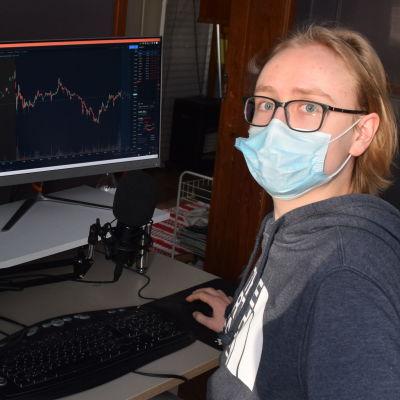 Lukas Idman vid sin dator.