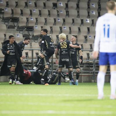 SJK-spelare firar mål.