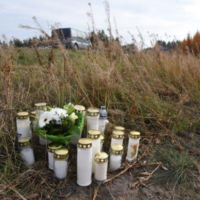 Blommor och gravljus på olycksplatsen