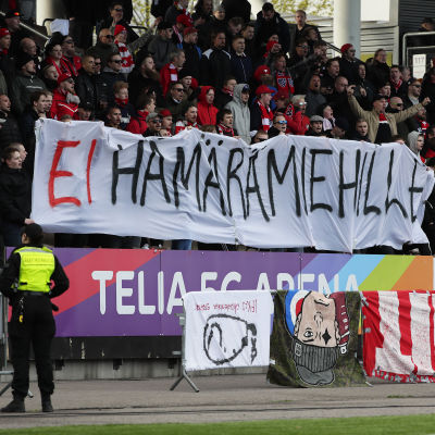 HIFK-fansen protesterar.