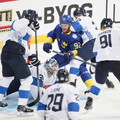 Esa Lindell, Pekka Rinne, Patrik Laine, Ville Pokka och Aleksander Barkov krigar framför målet.