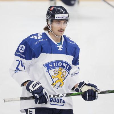 Hannes Björninen luistelee jääkiekkokaukalossa.