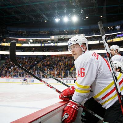 Ishockeybacken Janne Jalasvaara står upp i båset under match.