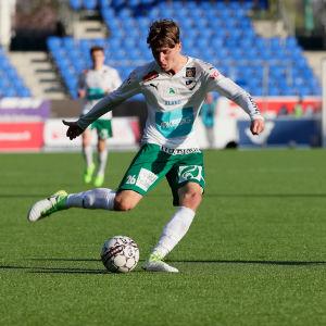 Joel Mattsson med bollen