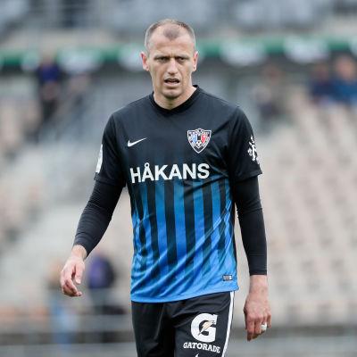 Njazi Kuqi på fotbollsplanen i FC Inters tröja.
